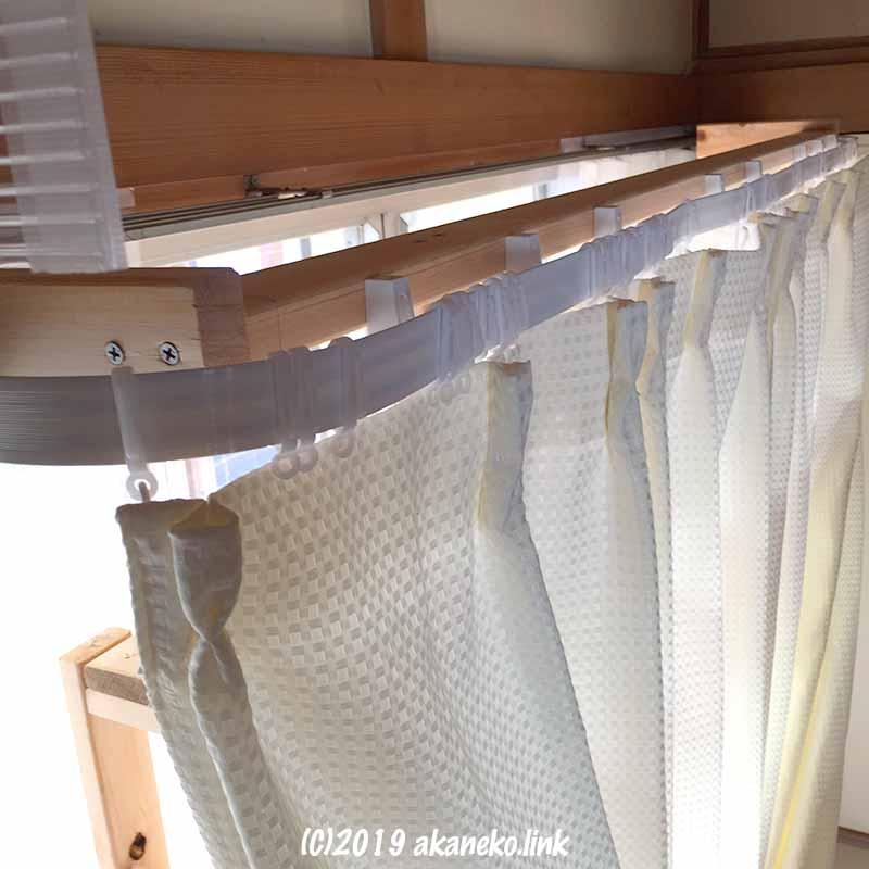 自作猫棚に取り付けたニトリのカット自在カーブレールとカーテン
