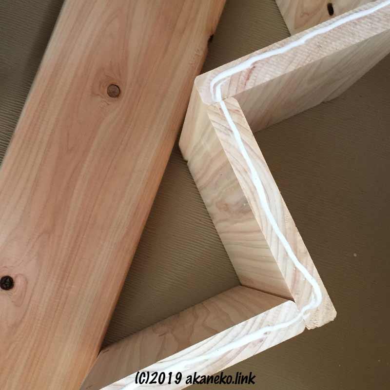 猫階段を側板にボンドでくっつける