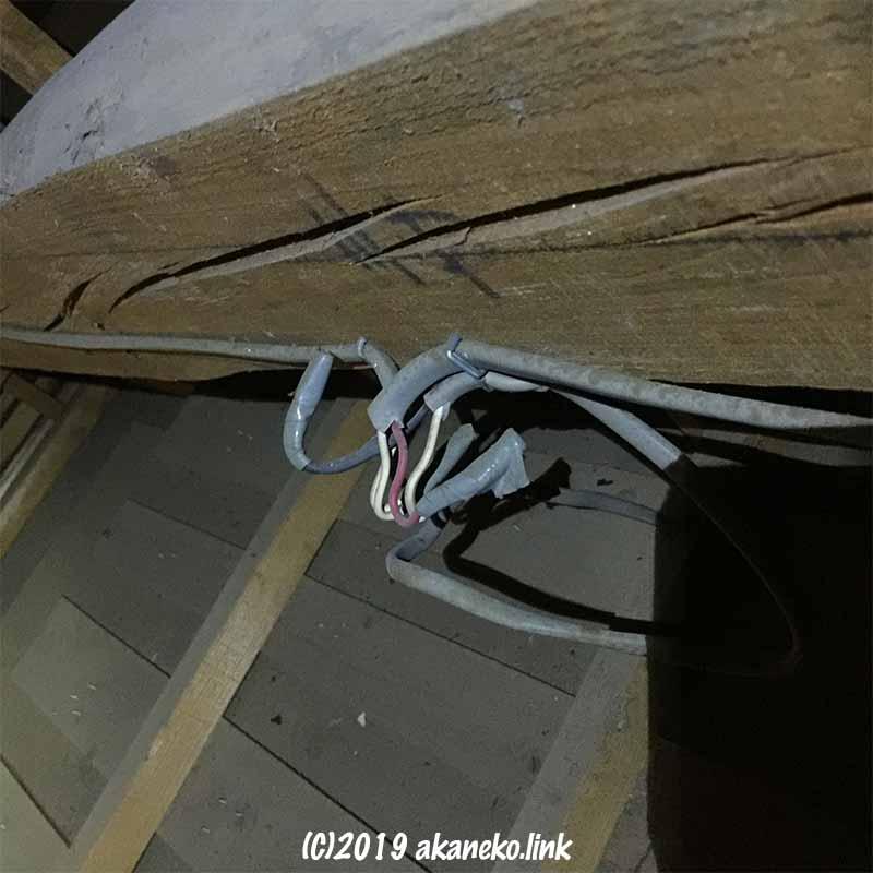 屋根裏の古い電気配線