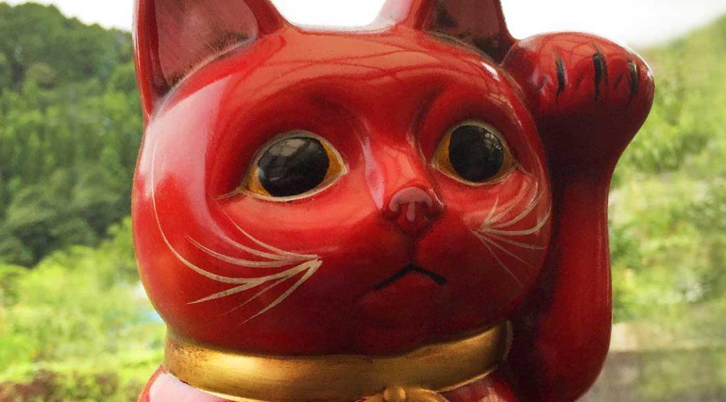 赤い招き猫の顔アップ