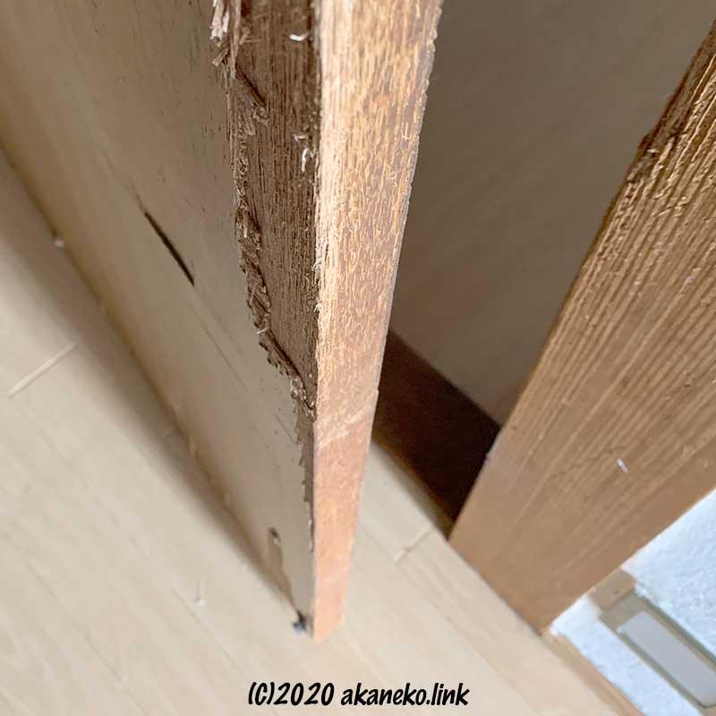 みかん(猫)の爪研ぎでボロボロのドア