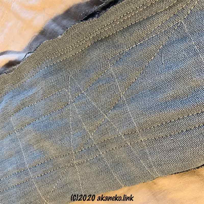 ジーンズの足部分に麻根巻き布を適当に縫い付ける