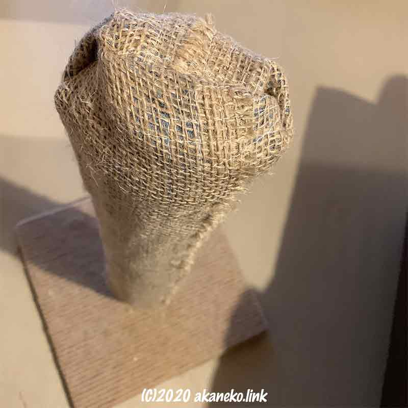ボロボロの爪研ぎポールに麻布カバーをかけた