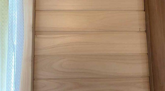 ヒノキの羽目板端材でスチールのペットドアの裏面を覆う