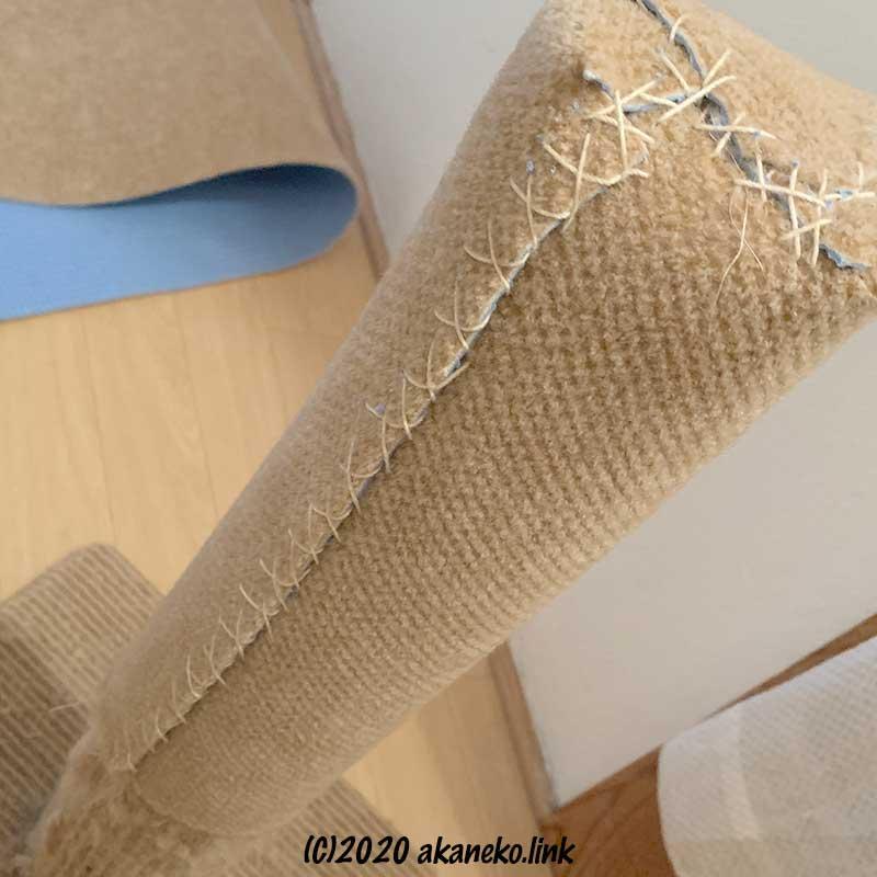 爪とぎポールにカーペット生地をタコ糸で縫い付ける