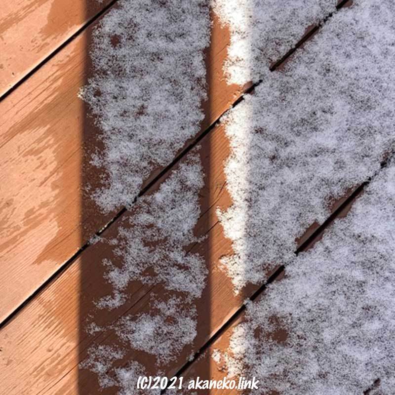 陽の当たるところだけ雪が溶ける